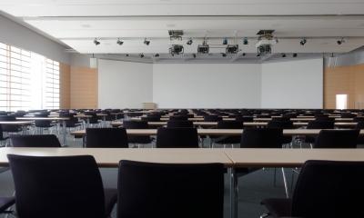 Jak wyposażyć salę konferencyjną w hotelu?